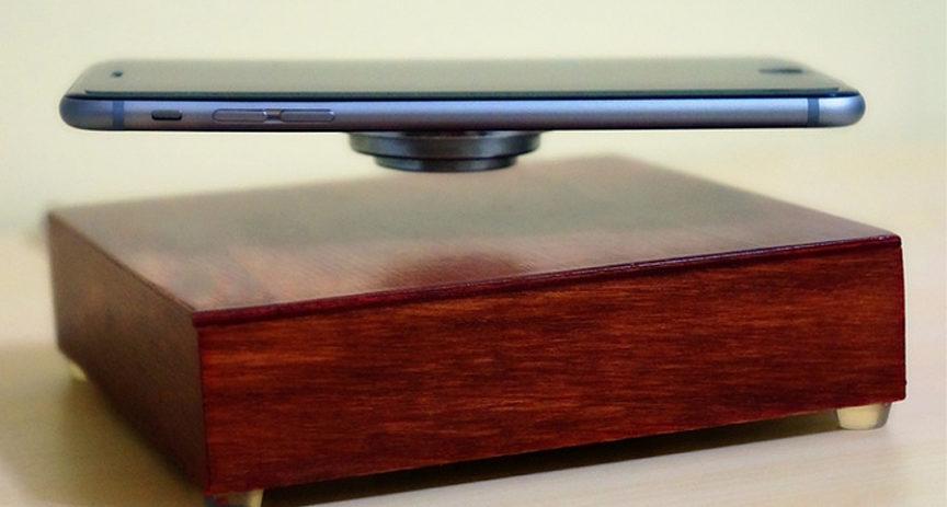 Levitující mobil se rovnou nabíjí. Umí to OvRcharge