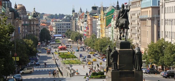 Středečního setkání na Václavském náměstí se zúčastnilo zhruba 15 tisíc lidí