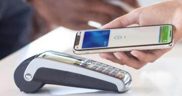 I v tuzemsku už můžete díky službě Apple Pay platit iPhony a chytrými hodinkami
