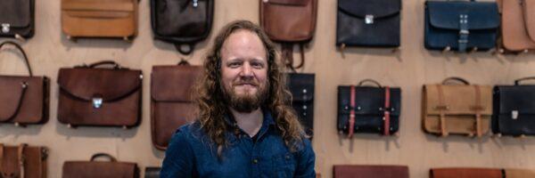 Ručně vyráběné kabelky, batohy a pásky prodáváme i přes internet
